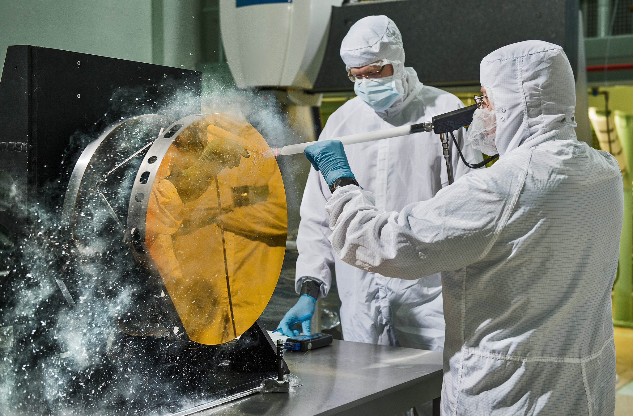 Engineers Clean Mirror with Carbon Dioxide Snow