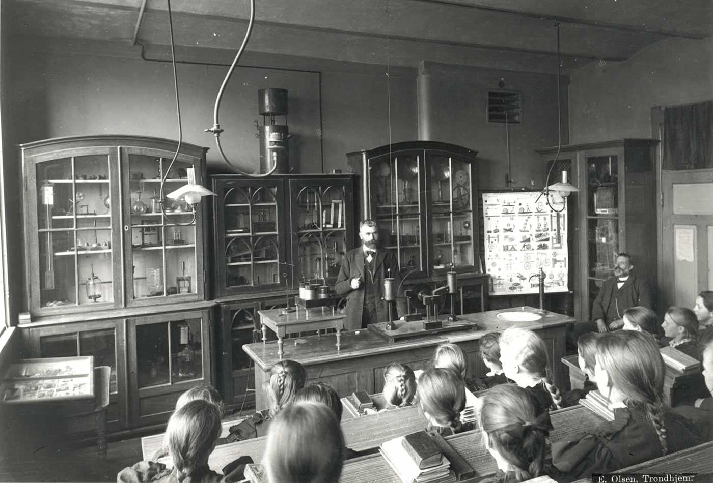 Science class at Kalvskindet school (ca. 1900).